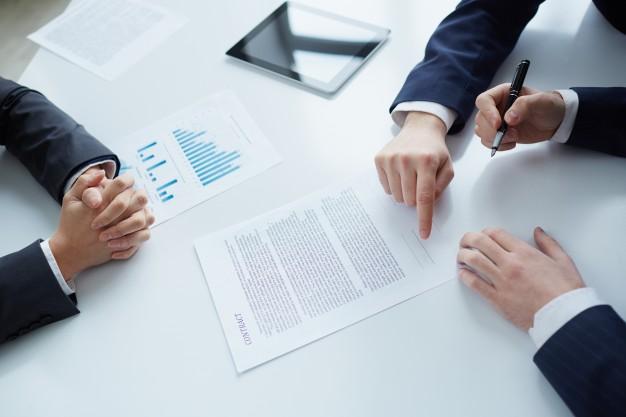 vista-de-cima-de-assinar-documentos-empresario_1098-3387.jpg